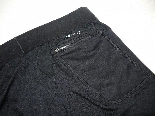 Menší kapsa na pravém boku je chráněna proti pronikání potu.