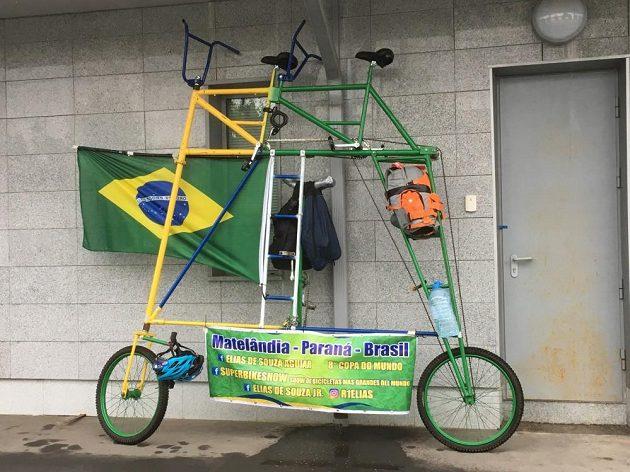 Na patrovém bicyklu putují dva brazilští fanoušci ruským šampionátem.