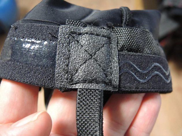 Detail uchycení pásku a silikonových proužků.