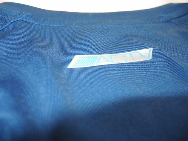 Triko je určeno pro všechny aktivní, jak hlásá nápis na zadní straně trika v oblasti krku.