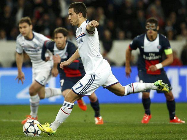 Záložník Chelsea Eden Hazard střílí z pokutového kopu vyrovnávací gól ve čtvrtfinálovém utkání Ligy mistrů proti Paris Saint-Germain.