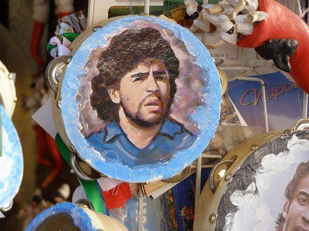 Maradona je na tamburínách, tričkách, magnetech... Je ho plná Neapol.