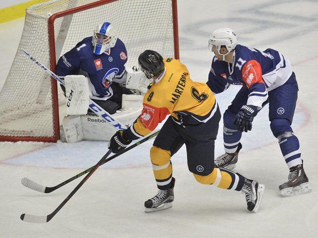 Brankář Plzně Lukáš Sochůrek čelí ataku Tonyho Martenssona z Lugana, vpravo Michal Moravčík z Plzně.