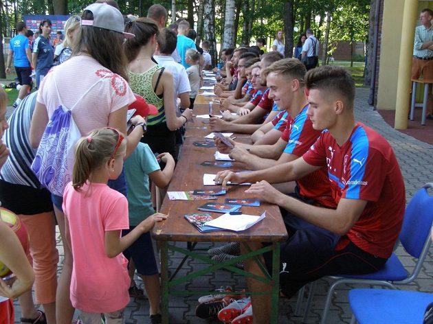 Patrik Schick a další reprezentanti během autogramiády po čtvrtečním tréninku české fotbalové reprezentace do 21 let v polských Tychách.