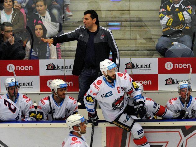 Trenér Chomutova Vladimír Růžička při utkání s Litvínovem, pod ním kapitán Michal Vondrka.