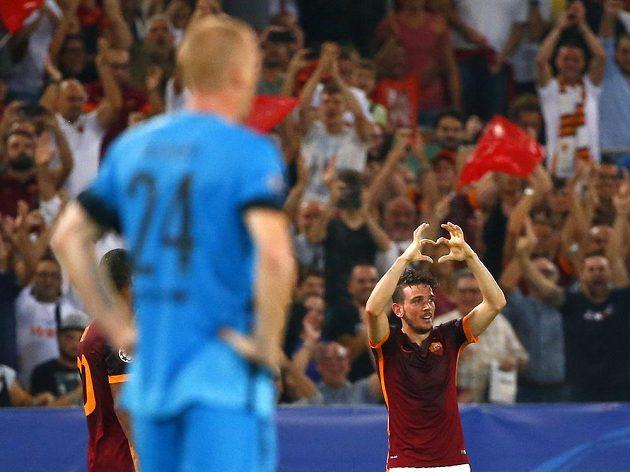Obránce AS Řím Alessandro Florenzi (vpravo) se raduje z gólu proti Barceloně.