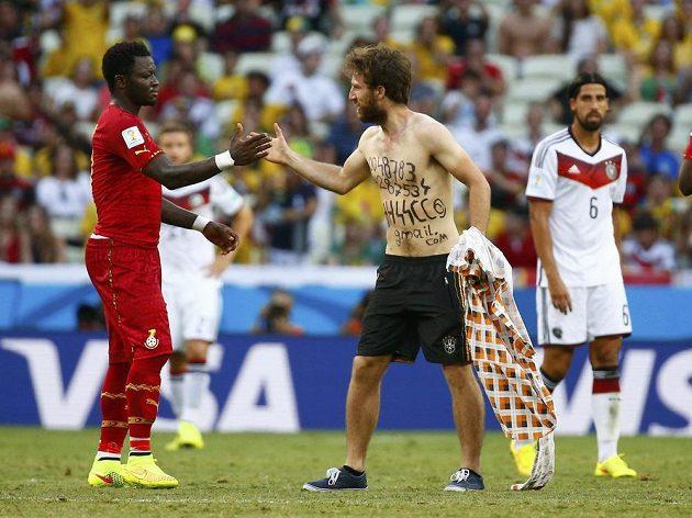 Ghaňan Muntari si plácl s nechtěným návštěvníkem na trávníku při duelu proti Německu.