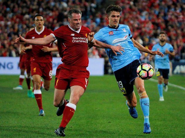 Liverpoolský pardál Jamie Carragher (vlevo) v souboji s Georgem Blackwoodem.