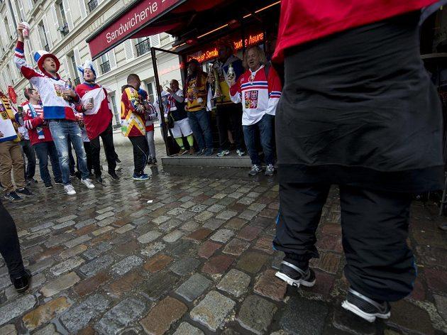 Čeští fanoušci před utkáním s běloruskem na MS v Paříži.