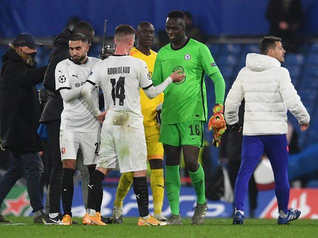 Brankář Chelsea Edouard Mendy se zdraví po utkání Ligy mistrů se svými bývalými spoluhráči z francouzského Stade Rennes.
