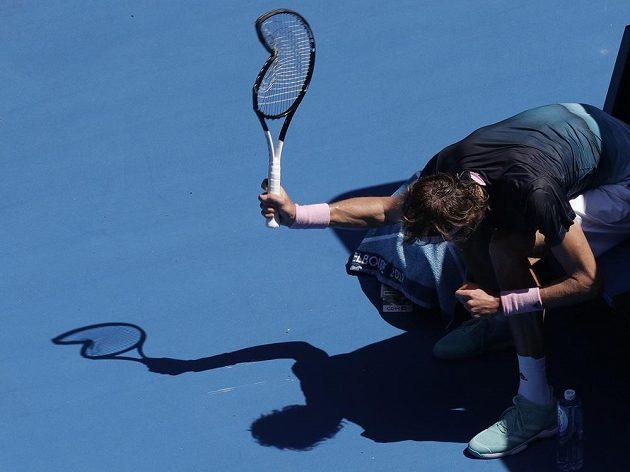 Německý tenista Alexander Zverev rozbíjí raketu při utkání s Milosem Raonicem z Kanady.