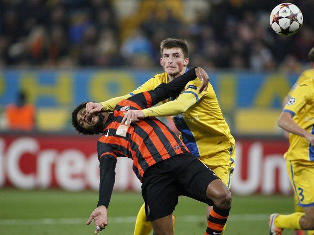 Zadáci Bosisova, jako na tomto snímku Jevgenij Jablonskij, si často pomáhali fauly, ale ani tak Luize Adriana nezastavili.