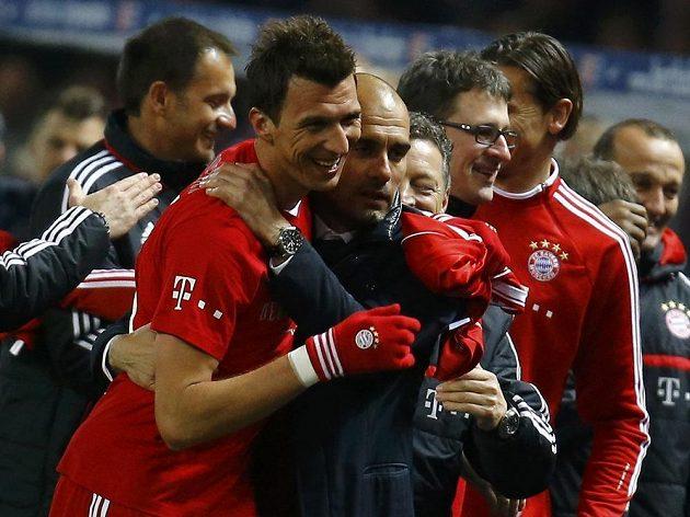 Útočník Bayernu Mario Mandžukič v objetí s koučem Guardiolou.