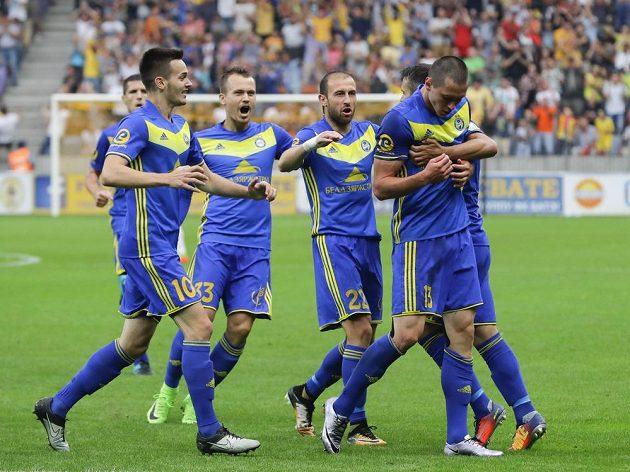 Radost fotbalistů BATE Borisov po úvodním gólu v odvetě 3. předkola Ligy mistrů se Slavií.