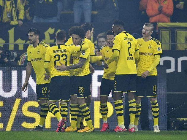 Fotbalisté Dortmundu slaví bundesligovou výhru.