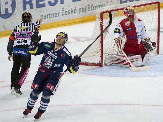 Liberecký útočník Martin Bartek se raduje z gólu v penaltovém rozstřelu. Vpravo slávistický brankář Adam Svoboda.