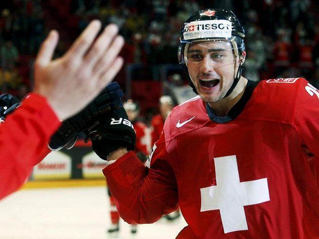 Švýcarský útočník Niederreiter se raduje ze vstřelení gólu do sítě USA.