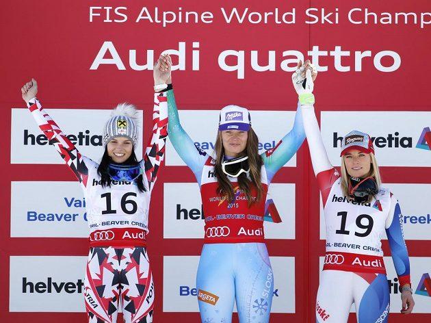 Uprostřed Slovinka Tina Mazeová, mistryně světa ve sjezdu, vlevo druhá Anna Fenningerová z Rakouska, vpravo Švýcarka Lara Gutová.