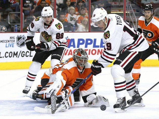 Michal Neuvirth v brance Philadelphie likviduje akci Jonathana Toewse (vpravo) a Patricka Kanea z Chicaga.