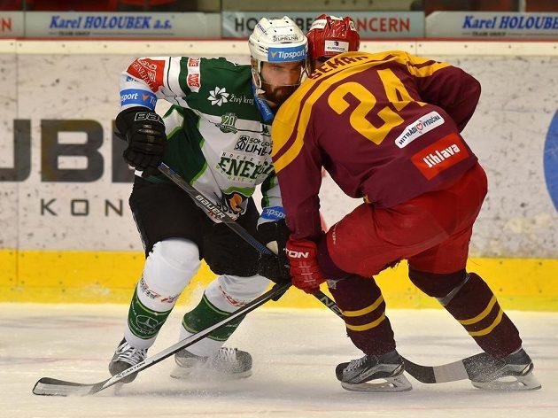 Vladimír Sičák z Karlových Varů a Filip Seman z Jihlavy. v souboji během 1. kola baráže o hokejovou extraligu mezi týmy HC Karlovy Vary a HC Dukla Jihlava.