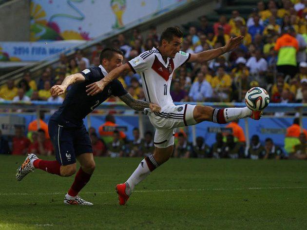 Německého útočníka Miroslava Kloseho v pokutovém území přidržel Mathieu Debuchy, penalta proti Francii se nekopala.