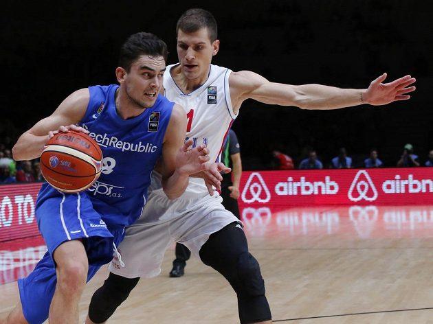 Český basketbalista Tomáš Satoranský se snaží přejít přes Nemanju Nedoviče ze Srbska.