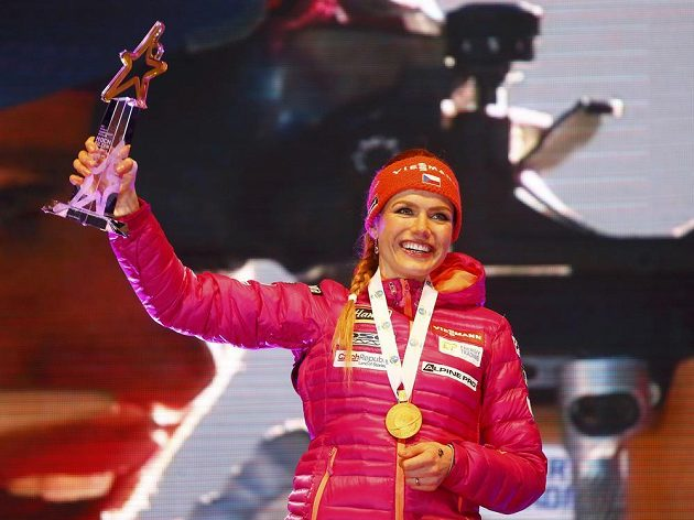 Zlatá Gabriela Koukalová. Česká biatlonistka vyhrála na mistrovství světa v Hochfilzenu sprint na 7,5 kilometru. Na večerním ceremoniálu zářila jako sluníčko.
