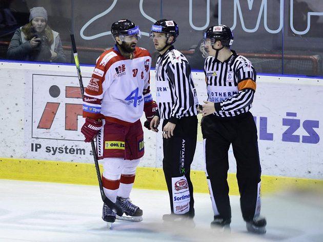 Olomoucký hokejista Martin Vyrůbalík debatuje s rozhodčími.