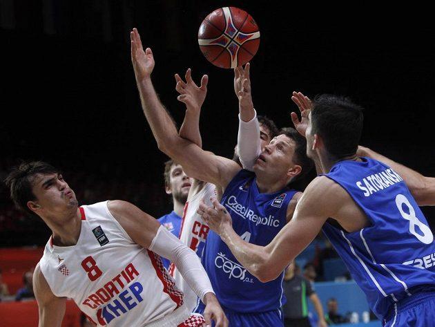 Chorvat Dario Sarič (vlevo) a čeští basketbalisté Petr Benda (uprostřed) s Tomášem Satoranským.