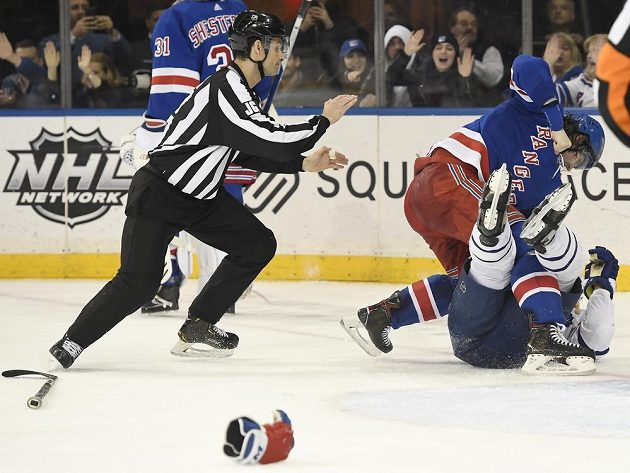 Rozhodčí se v zápase Rangers s Torontem rozhodně nenudili