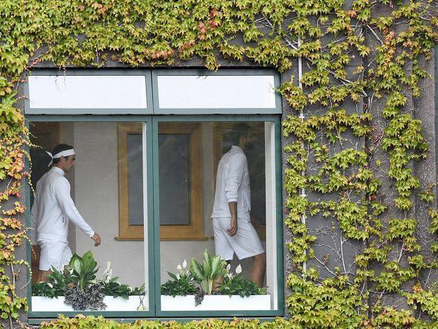 Švýcar Roger Federer (vlevo) a Chorvat Marin Čilič před finálovým zápasem Wimbledonu.
