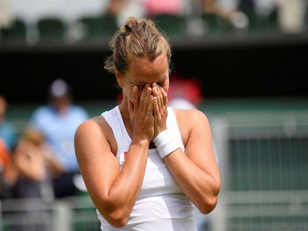 Dojatá česká tenistka Barbora Strýcová ve Wimbledonu.