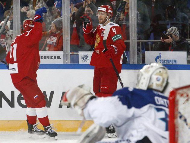 A další gól! Ruští hokejisté Kaprizov a Gavrikov se radují ze čtvrté branky do sítě Finů.