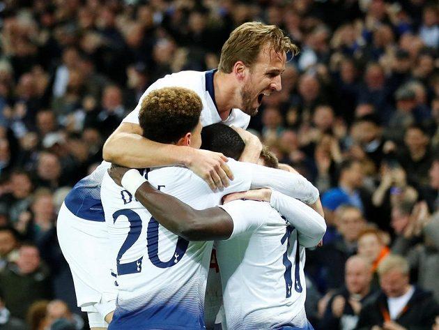 Fotbalisté Tottenhamu jásají po vstřelení vítězného gólu proti Interu.