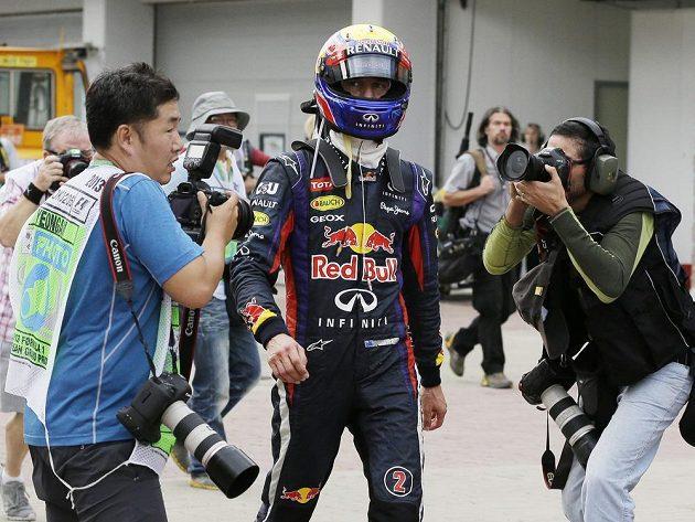 Webber v obležení fotografů po svém předčasném konci v závodu.