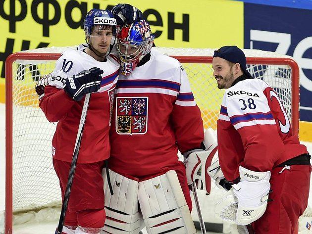 Roman Červenka gratuluje brankáři české reprezentace Pavlu Francouzovi po vítězném duelu se Švédy. Vpravo je brankář Dominik Furch.
