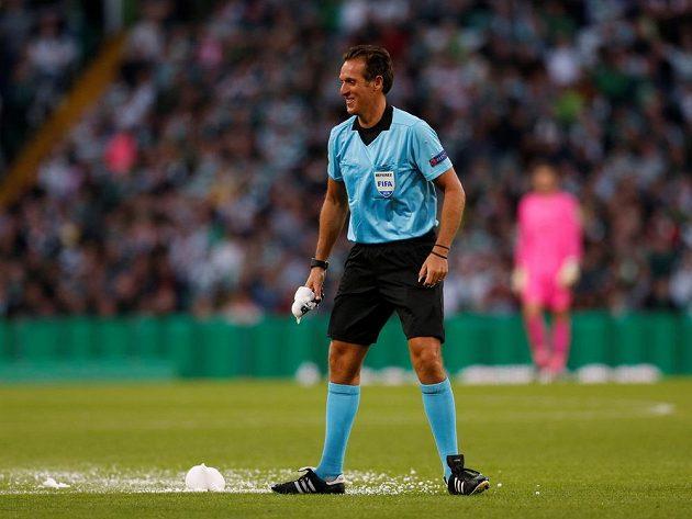 Rozhodčí Luca Banti s prasklým sprejem při utkání předkola LM Celtic - AEK.