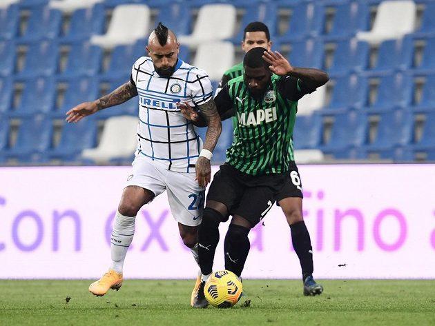 Fotbalisté Interu Milán v přímém souboji o druhé místo zvítězili v 9. kole italské ligy na hřišti Sassuola 3:0. Na snímku v dresu Interu bojuje Arturo Vidal s Jeremiem Bogou ze Sassuola.