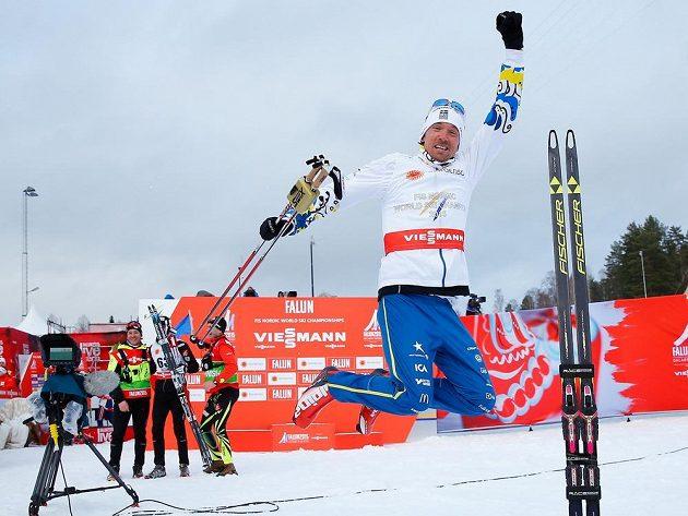 Švéd Johan Olsson jásá po triumfu na 15 km volně při MS ve Falunu.