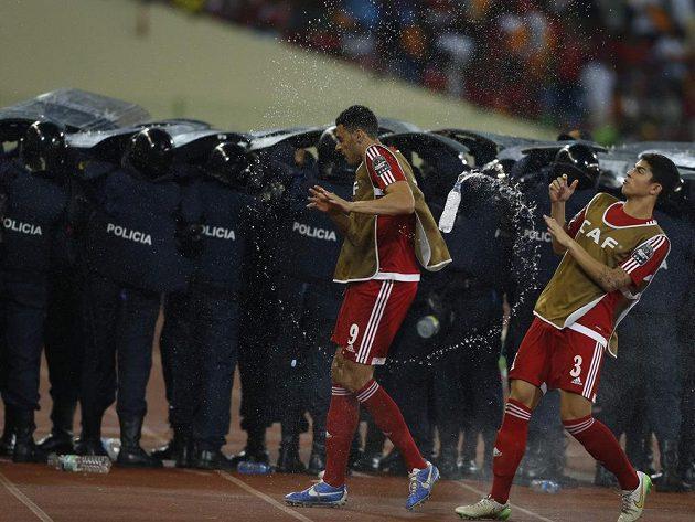 Vodní sprcha z domácích tribun pro hráče Rovníkové Guineje.