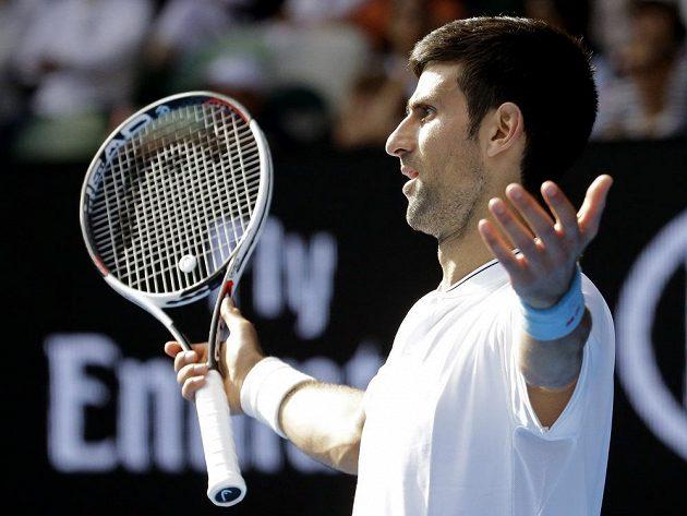 Novak Djokovič mává nevěřícně rukama během utkání s Istominem.