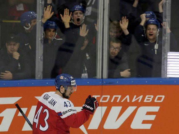 Střelec prvního gólu proti Finsku Jan Kovář se raduje.
