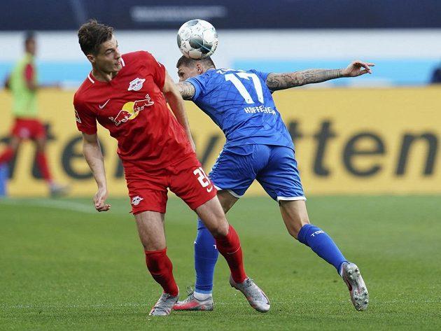 Zleva Patrick Schick z Lipska a Steven Zuber z Hoffenheimu.