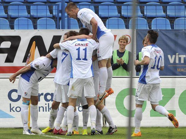 Hráči Baníku se v utkání s Duklou radují z gólu útočníka Svěrkoše.