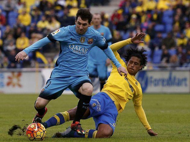 Lionel Messi bráněný Mauriciem Lemosem z Las Palmas.