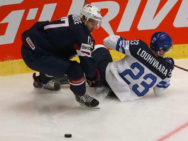 Americký hokejista John Moore (L) v souboji s Ossim Louhivaarou z Finska v utkání na MS v Ostravě.