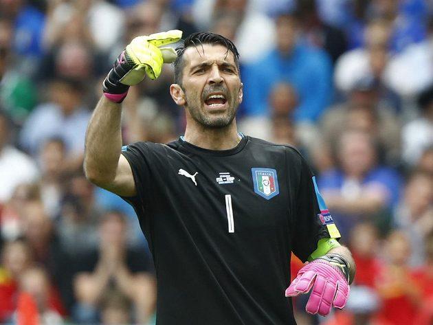 Brankář Itálie Gianluigi Buffon diriguje hráče v zápase se Španělskem.