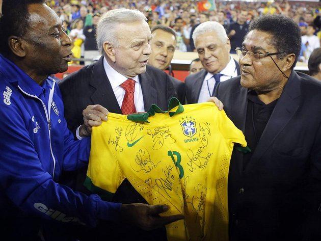 Dvě legendy. Brazilec Pelé předává Eusébiovi dres brazilské reprezentace.