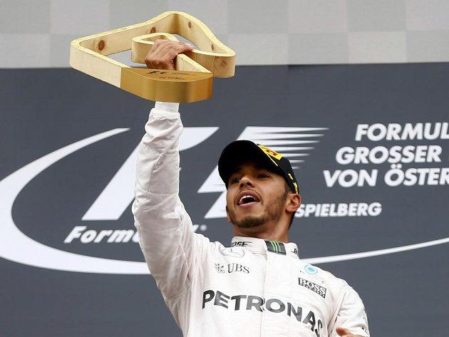 Lewis Hamilton s trofejí za triumf ve Velké ceně Rakouska. Diváci však na něj bučeli.