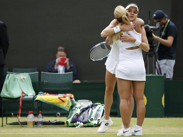 Slovenská tenistka Dominika Cibulková se objímá s Polkou Agnieszkou Radwaňskou (vzadu) po skončení osmifinále Wimbledonu.